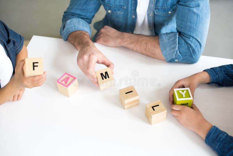 colpo potato del padre con due bambini che tengono i cubi illustrazione vettoriale