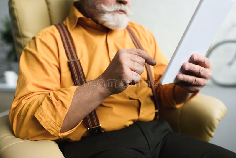 colpo potato dell'uomo senior barbuto fotografia stock