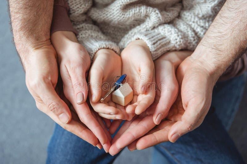 colpo potato della chiave della tenuta della famiglia dalla nuova casa fotografia stock