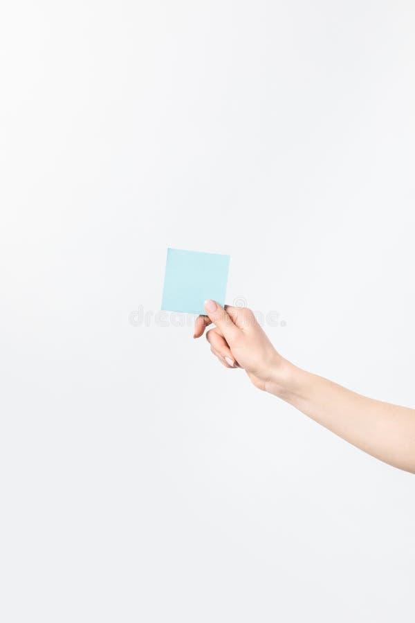 Colpo potato della donna che giudica nota appiccicosa blu in bianco disponibila immagini stock libere da diritti