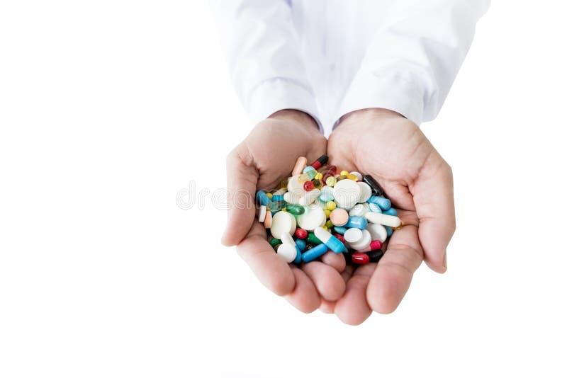 colpo potato di medico che tiene le varie pillole fotografie stock