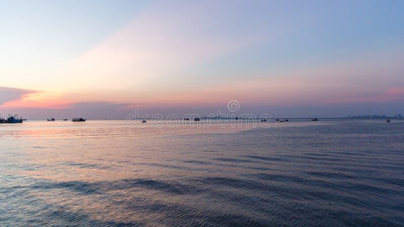 Colpo Sare/Tailandia - 14 aprile 2018: Vista di tramonto alla spiaggia di Sare di colpo, distretto di Sattahip nella provincia di immagine stock