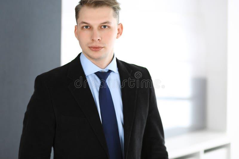 Colpo in testa della condizione dell'uomo d'affari diritto nell'ufficio Concetto del posto di lavoro di affari e di successo fotografia stock libera da diritti