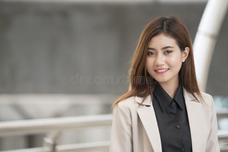 Colpo in testa della donna di affari asiatica sveglia immagine stock