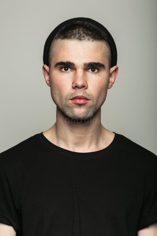 Colpo in testa di giovane tipo in studio fotografie stock libere da diritti