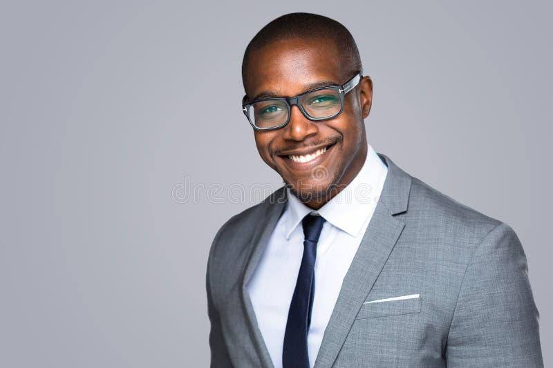 Colpo in testa di riuscito capo alla moda esecutivo sorridente della società dell'uomo d'affari afroamericano allegro immagini stock