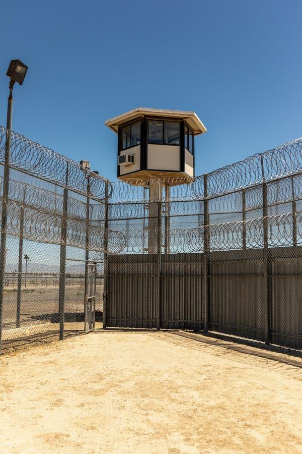 Colpo verticale dell'iarda di prigione esteriore vuota con la torre di guardia fotografia stock libera da diritti