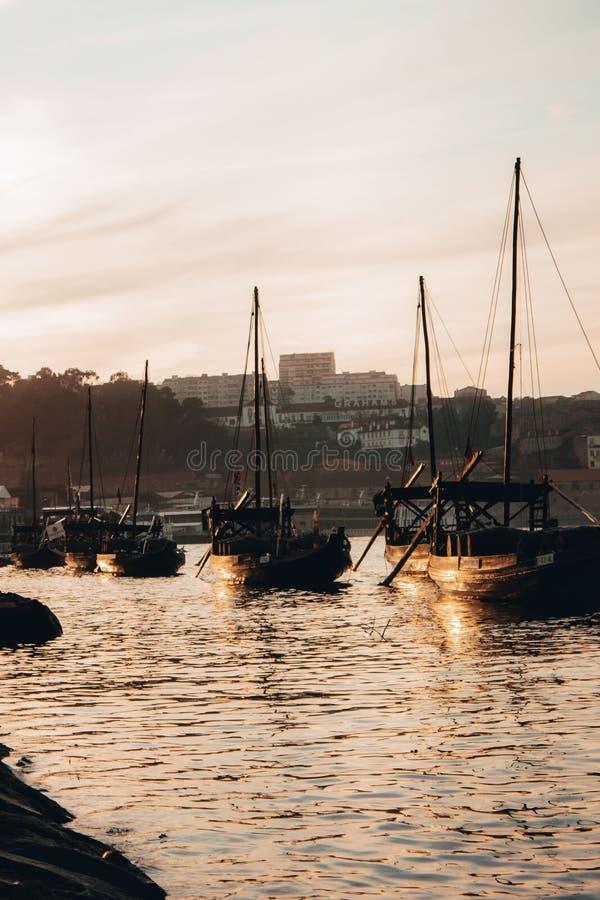 Colpo verticale delle barche sull'acqua a Oporto, Portogallo fotografie stock libere da diritti