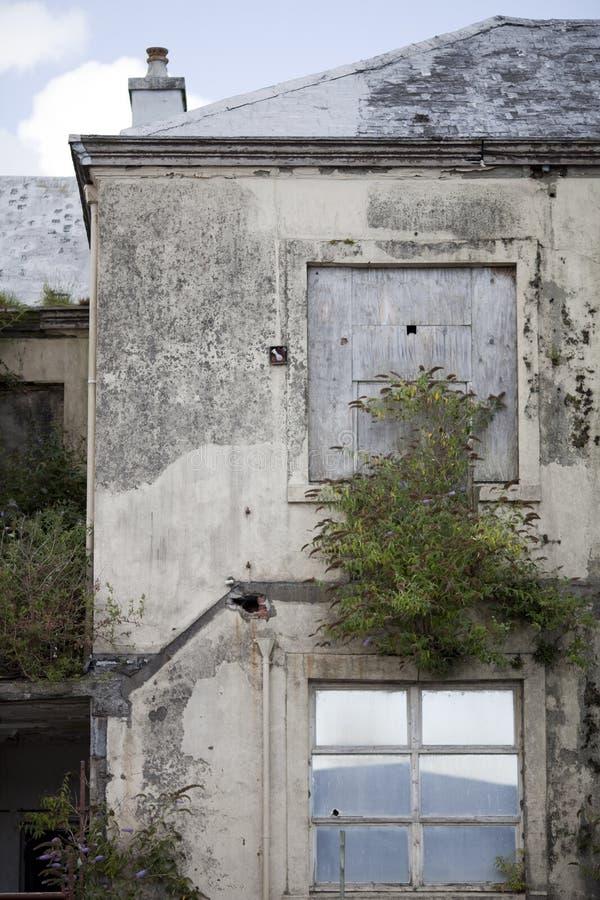 Colpo verticale di costruzione abbandonata in Galles, Regno Unito fotografia stock