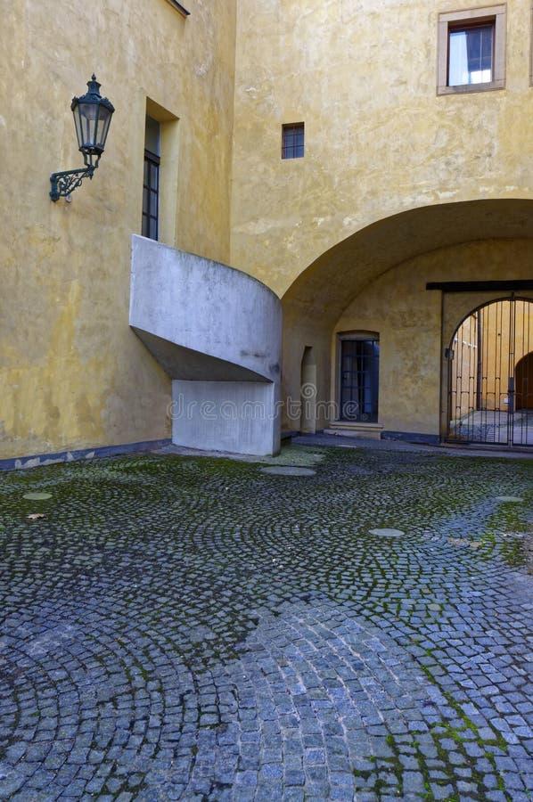 Colpo verticale di una parte di un giallo strutturata in una città di Europa fotografia stock