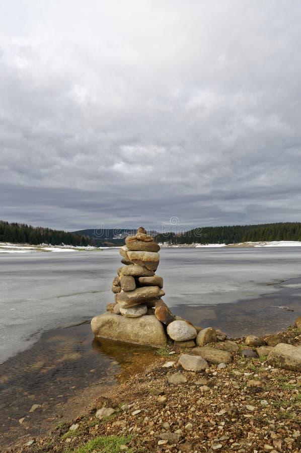 Colpo vicino del accatastato su delle pietre in neve fotografia stock libera da diritti