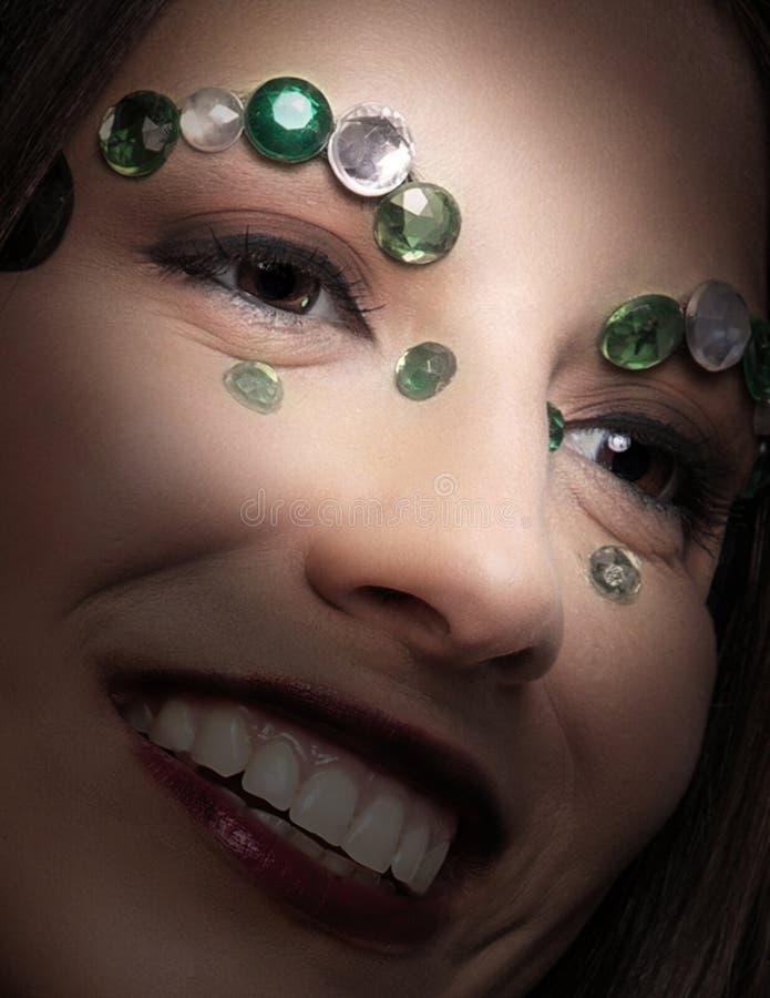 Colpo vicino del modello con i gioielli sul fronte fotografie stock libere da diritti