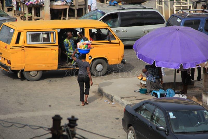 Colporteur sur la rue de Lagos images libres de droits
