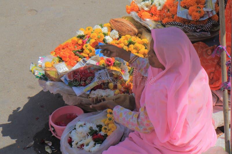 Colporteur Udaipur India de fleur photographie stock libre de droits