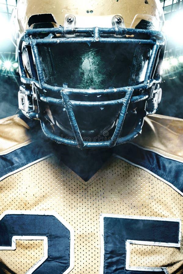 Colse-up portret futbolu amerykańskiego gracz na stadium z światłami na tle obraz royalty free