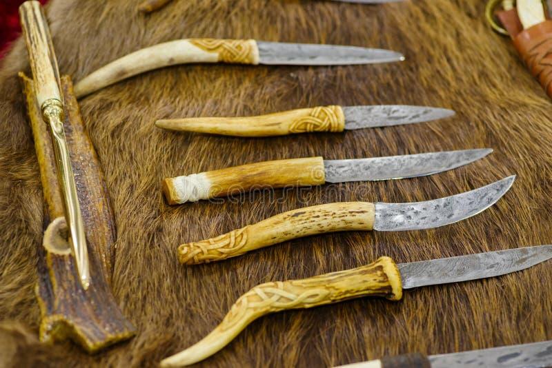 Coltelli fatti a mano per i cacciatori della pelliccia fotografie stock libere da diritti