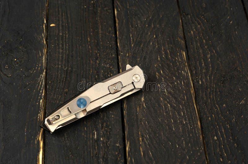 Coltello con una maniglia del metallo nella forma piegata fotografia stock