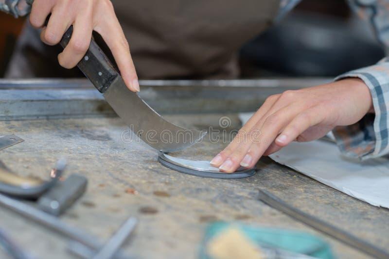 Coltello curvo che è usato dal lavoratore del mestiere fotografia stock libera da diritti