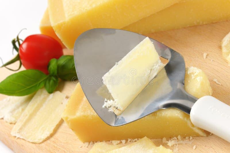 Coltello del formaggio su parmigiano immagine stock