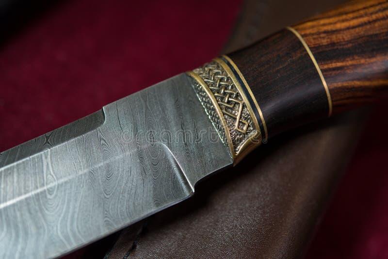 Coltello di caccia dall'acciaio di Damasco fotografia stock