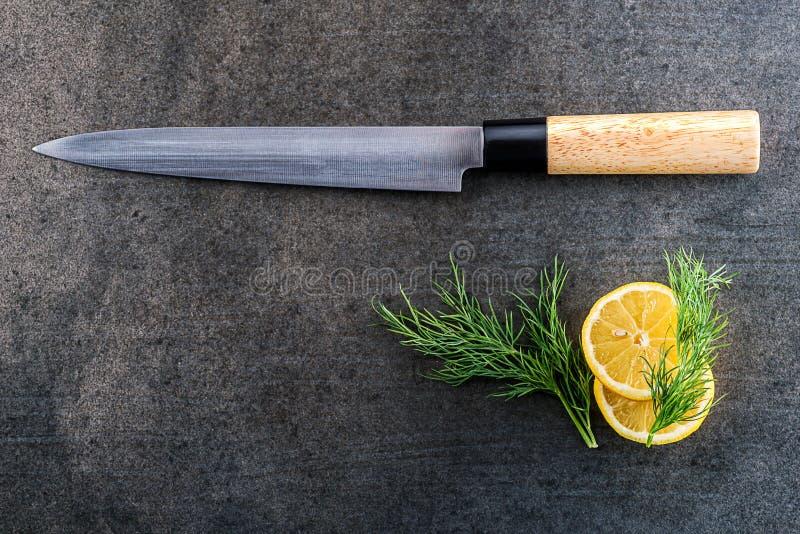 Coltello Di Pesce Giapponese Del Raccordo Con Il Limone Su Fondo ...
