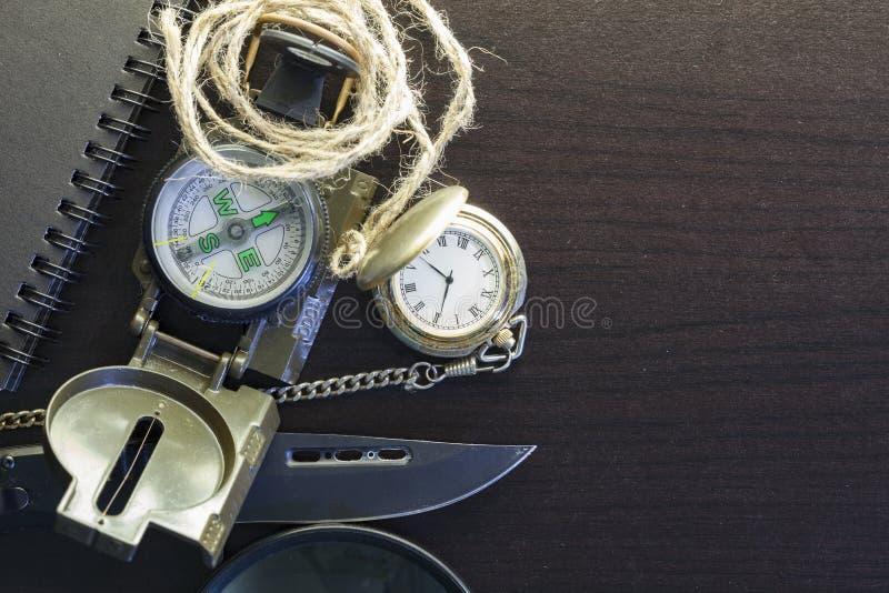 Coltello di tasca con la bussola, carta, matita, taccuino, orologio da tasca, dispositivo di protezione in caso di capovolgimento fotografie stock