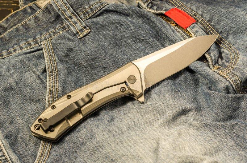 Coltello di tasca Il retro del coltello Vista da sopra Umore caldo fotografia stock
