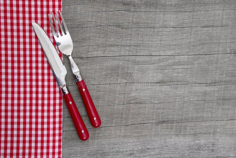 Coltello e forcella - decorazione stile country bavarese della tavola su un wo immagine stock libera da diritti