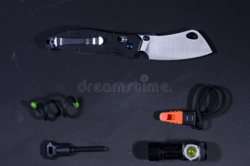 Coltello insolito ed attrezzatura per la sopravvivenza Vista da sopra immagine stock