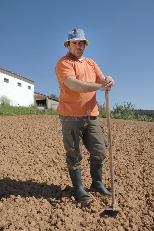 Coltivatore che lavora all'azienda agricola fotografia stock libera da diritti