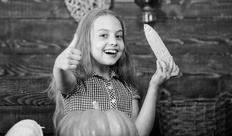 Coltivi il vostro proprio alimento biologico Agricoltore del bambino con il fondo di legno del raccolto Concetto di festival del  immagini stock