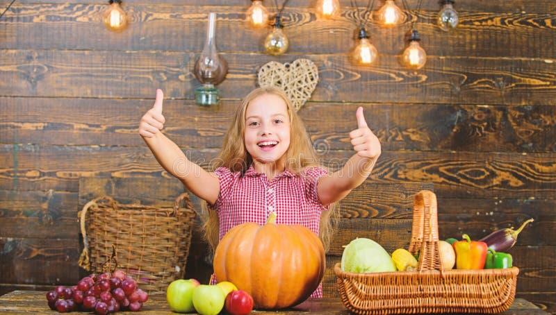 Coltivi il vostro proprio alimento biologico Agricoltore del bambino con il fondo di legno del raccolto Concetto di festival del  immagini stock libere da diritti