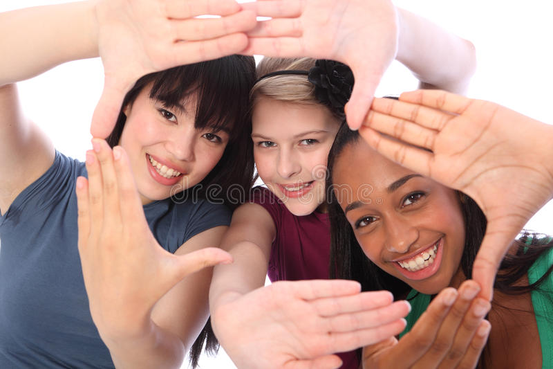 Coltura e divertimento etnici tre amici di ragazza dell'allievo immagini stock libere da diritti