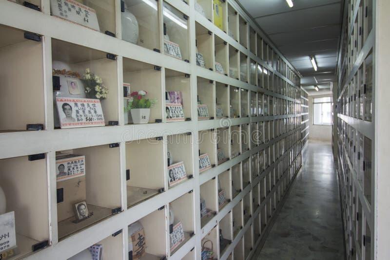 Columbarium do estilo chinês onde o descendente que paga o respeito durante o festival de Qing Ming fotos de stock