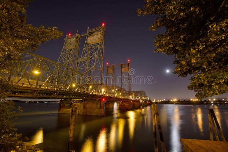 Columbia flod som korsar den Interstate bron på natten arkivbild