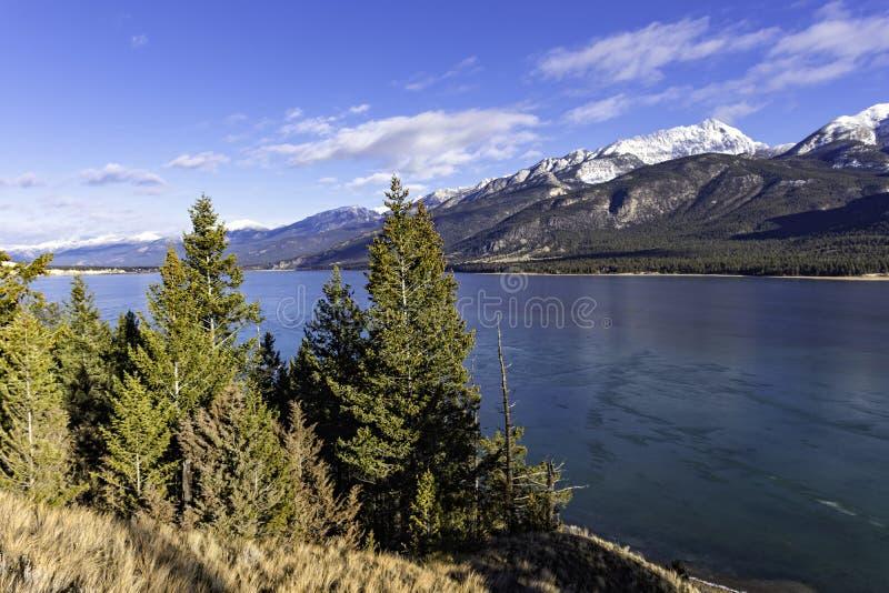 Columbia sjö i den östliga Kootenaysen nära Invermere British Columbia Kanada i den tidiga vintern royaltyfri fotografi