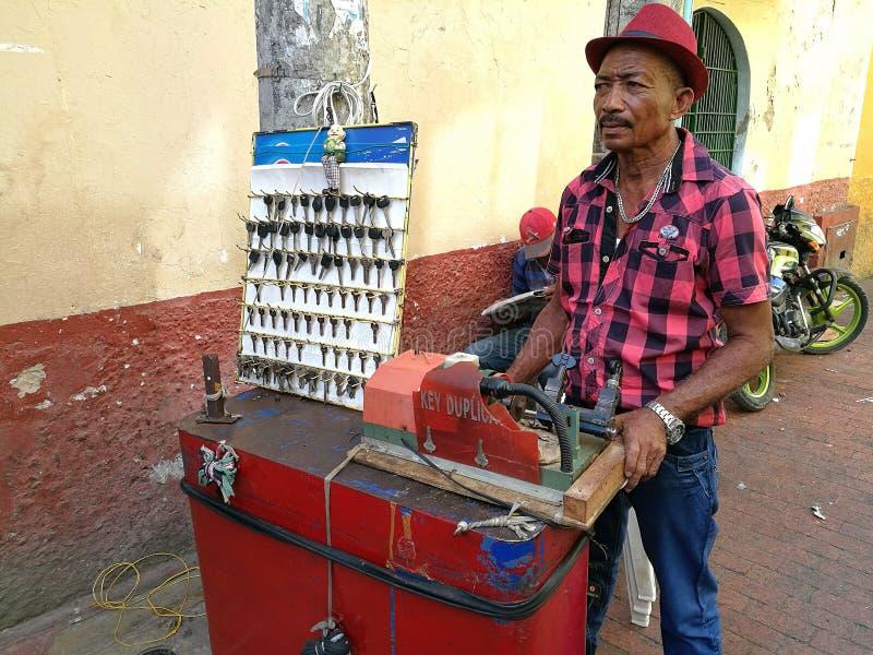 Columbiaanse slotenmaker die aan de straat werken stock fotografie