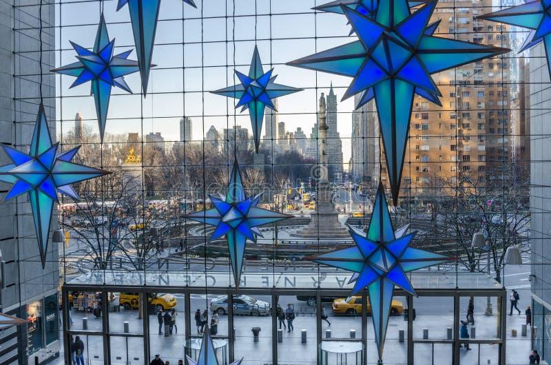 Columbus Circle de temps Warner Center et de décorations de Noël image libre de droits