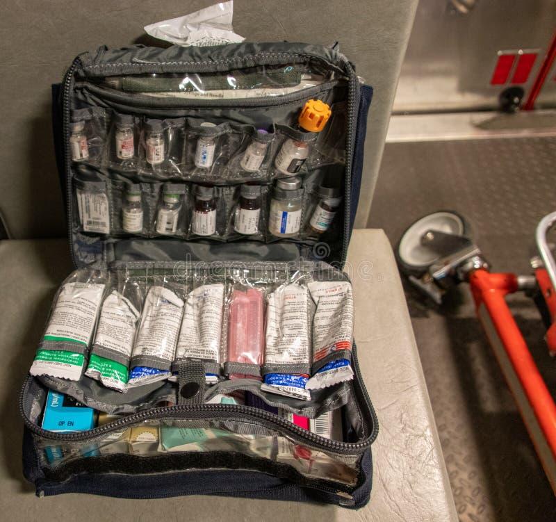 Columbus Ohio - Augusti 11, 2019: En drogpåse som sitter på Seat i en ambulans fotografering för bildbyråer