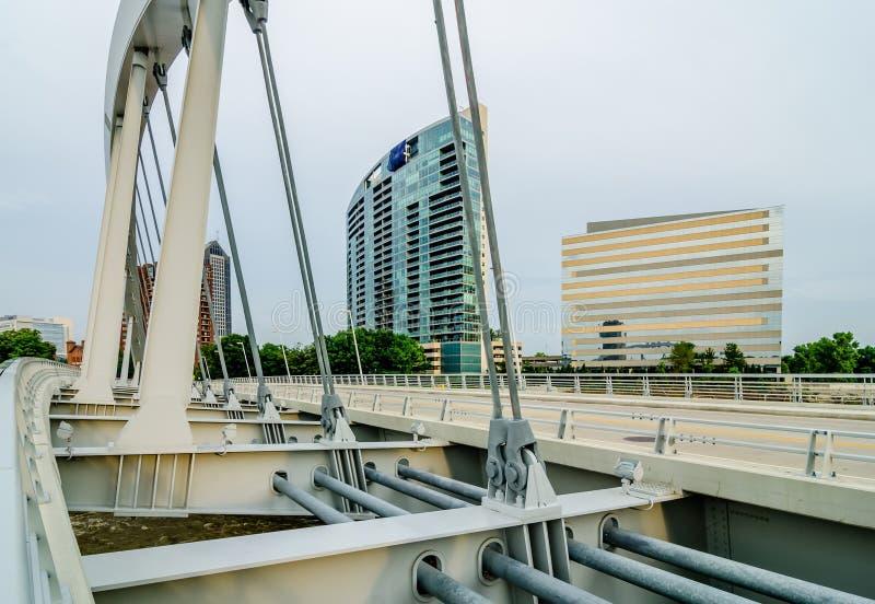 Columbus Ohio horisont och i stadens centrum gator i sen eftermiddag arkivfoto