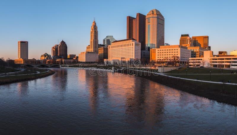 Columbus Ohio horisont på John W Den Galbreath tvåhundraårsdagen parkerar på orange skymning royaltyfri bild