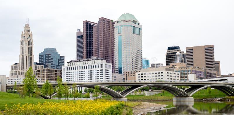 Columbus Ohio-Skyline mit Brücke und Reflexion stockbilder