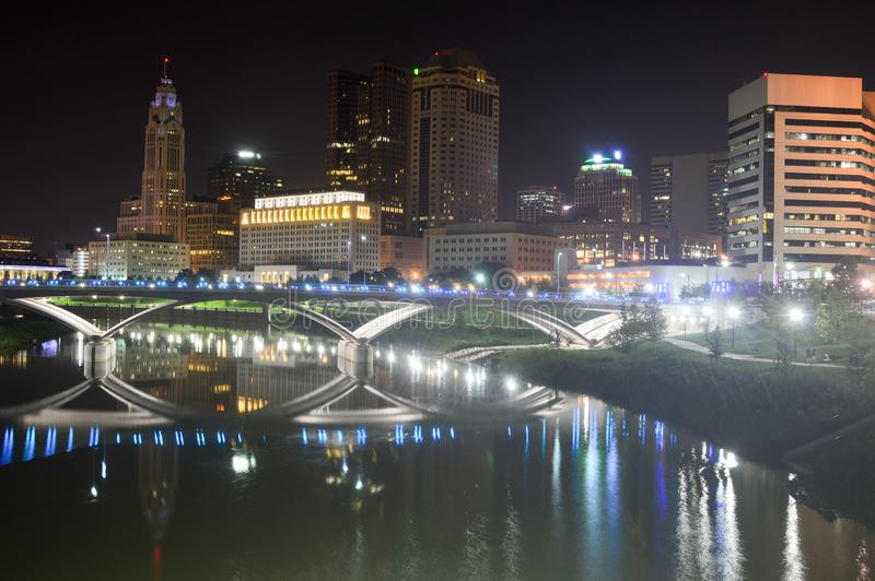 Columbus Ohio - USA - Augusti 28, 2016: Columbus Skyline And River At skymning fotografering för bildbyråer
