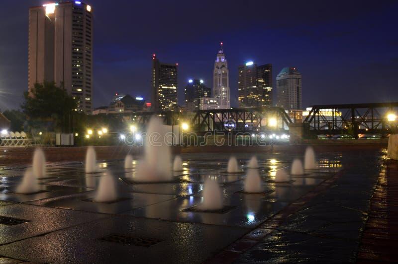 Columbus Ohio - USA - Augusti 28, 2016: Vattenspringbrunn och Columbus Skyline på natten royaltyfri bild