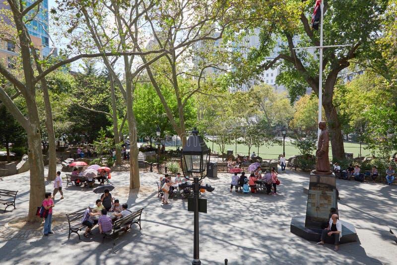 Columbus Park com os povos que jogam a xadrez chinesa em New York fotografia de stock