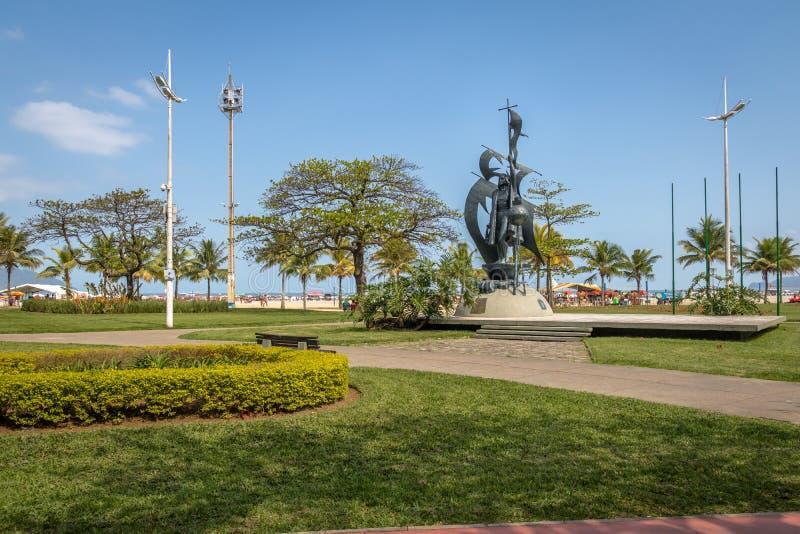 Columbus Statue på den kust- trädgården av Santos Beach - Santos, Sao Paulo, Brasilien royaltyfri bild
