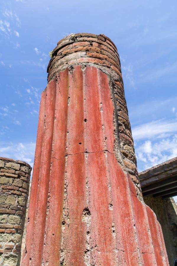 Columna clásica brillantemente coloreada en Herculano, Italia foto de archivo libre de regalías