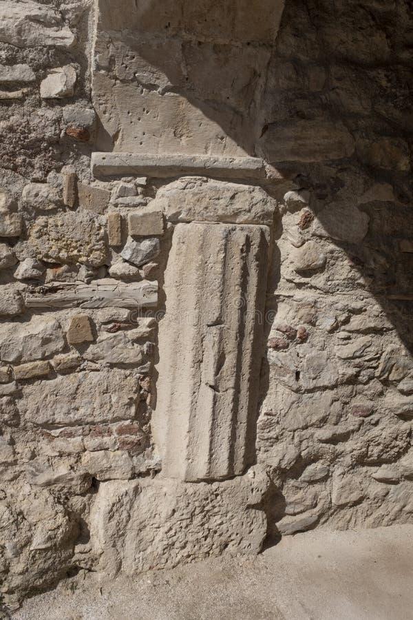 Columna de ayuda estriada en la casa más vieja de Atenas, Grecia imagen de archivo libre de regalías