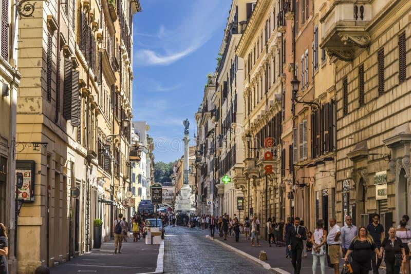 Columna de la Inmaculada Concepción, visión desde una calle muy transitada de Roma, cerca de la plaza Mignanelli foto de archivo