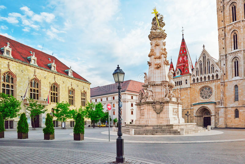 Columna de la trinidad santa cerca de la iglesia de StMatthias en Budapest una de imagenes de archivo
